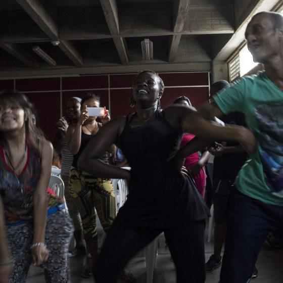 Fotografía de personas bailando en la Obra Instrumentos Expandidos