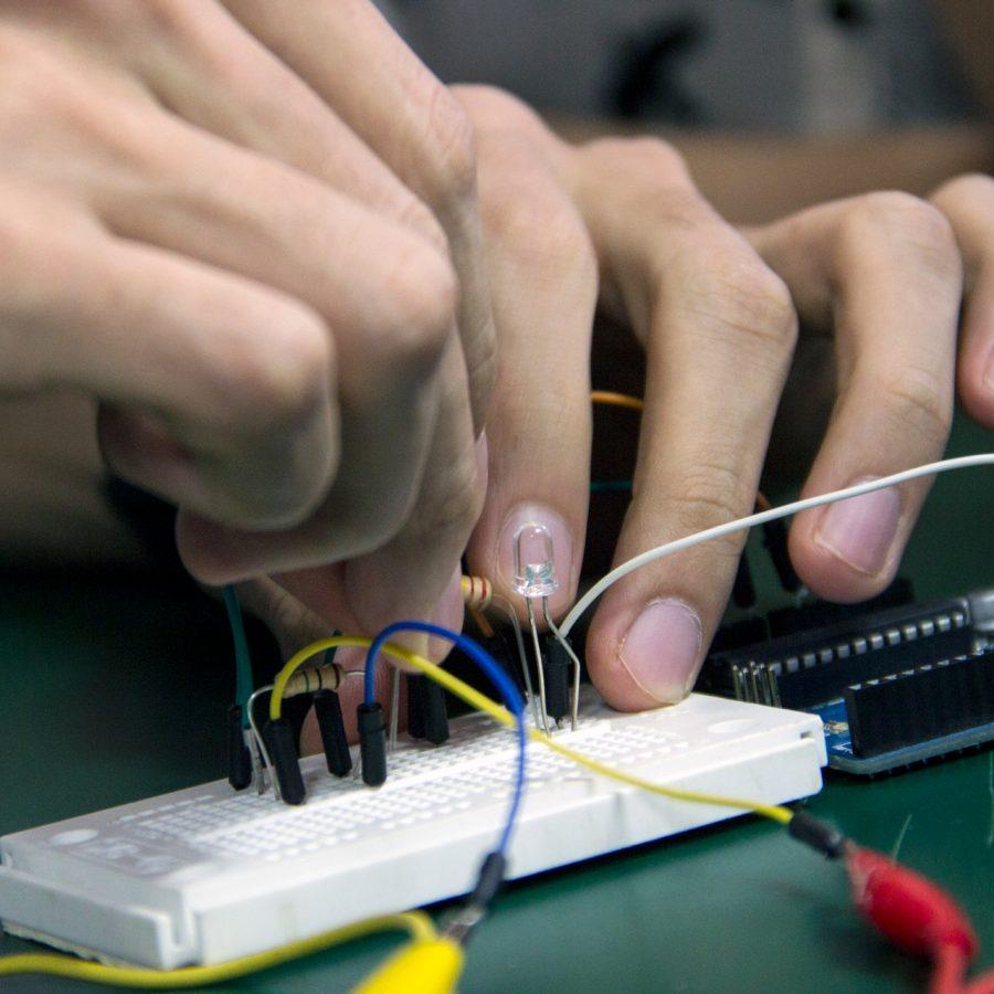 Fotografía del Taller de Instrumentos Expandidos en el marco del Encuentro de Artes Electrónicas Videosonica 2015 Tercer Día